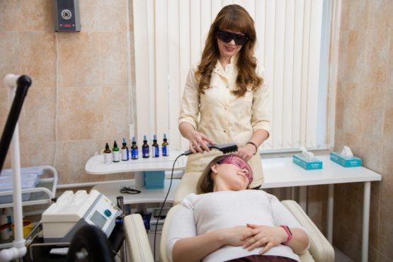 Как проходит лазерная терапия волос у трихолога